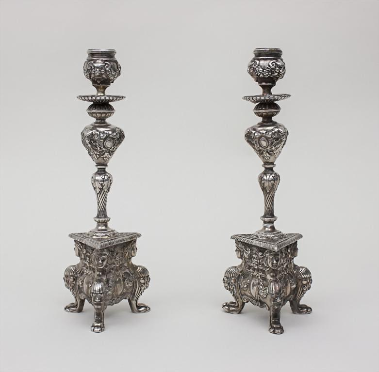 Paar versilberte Bronzeleuchter/A Pair Of Silverplated Bronze Candleholder...